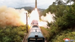 Sebuah rudal terlihat diluncurkan saat latihan Resimen Rudal Kereta Api di Korea Utara pada 16 September 2021. (Foto: KCNA via REUTERS)