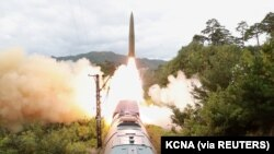 KCNA hôm 16/9 công bố hình ảnh Triều Tiên phóng tên lửa từ tàu hỏa.