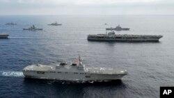 지난 2012년 미 해군의 조지워싱턴 항공모함이 미-일 연합 군사훈련을 위해 동중국해를 항해하고 있다. (자료사진)