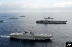 Tàu sân bay USS George Washington của Mỹ (hàng thứ hai) và tàu khu trục chở trực thăng JS Hyuga (DDH 182) của Lực lượng phòng vệ Nhật Bản cùng các tàu khác của Mỹ và Nhật trong cuộc tập trận ở biển Hoa Đông, tháng 11/2012.