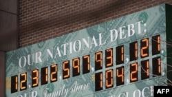 Sat u Njujorku sa cifrom koja predstavlja nacionalni dug SAD