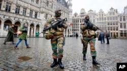 24일 벨기에 경찰이 브뤼셀의 그랑 플라스 주변을 순찰하고 있다.