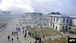 Các tòa nhà tại lối ra vào khu vực lực lượng an ninh ở thành phố Benghazi bị cháy