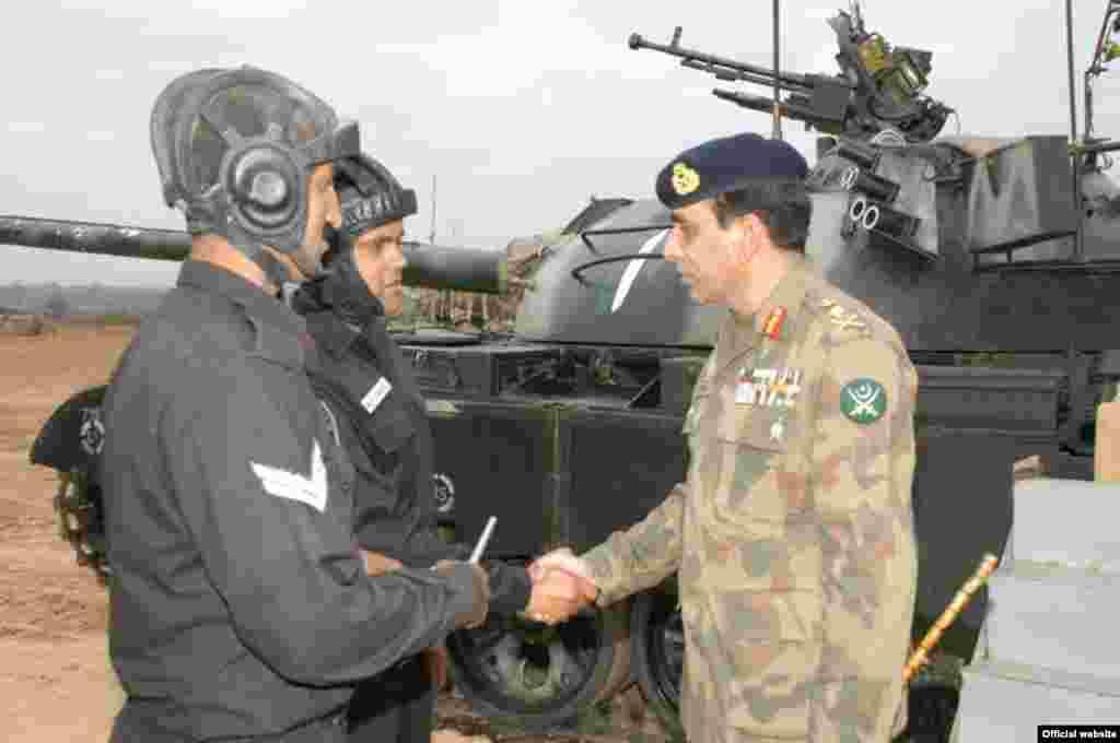 بری فوج کے موجودہ سربراہ جنرل اشفاق پرویز کیانی کی مدت ملازمت جمعرات (28 نومبر) کی نصف شب ختم ہو رہی ہے۔