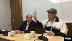 台湾联合国协进会理事长、前台湾国防部长蔡明宪(右 )11月29日在台北主持研讨会(美国之音许宁摄影)