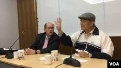 台灣聯合國協進會理事長、前台灣國防部長蔡明憲(右 )11月29日在台北主持研討會(美國之音許寧攝影)