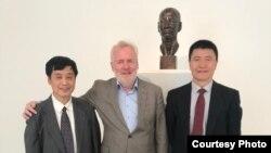 刘晓波生前好友、《零八宪章》签署人徐友渔(左)、特赦艺术家协会创始人比尔·史博赛( Bill Shipsey)和人道中国共同发起人周锋锁在布拉格为刘晓波的雕像揭幕(周封锁提供)
