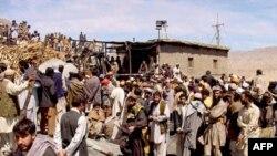 Cư dân tụ tập bên ngoài mỏ than sau vụ nổ tại Sorange gần Quetta, ngày 20/3/2011