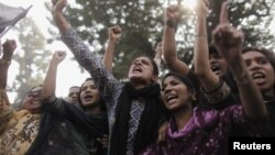 孟加拉上星期六火災導致至少110人喪生﹐11月27日一群婦女在首都達卡高叫示威抗議.