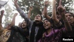 ໃນວັນທີ 27 ພະຈິກ 2012 ພວກກໍາມະກອນໂຮງງານຕັດຫຍິບຫຼາຍພັນຄົນ ແລະຜູ້ນໍາຂອງພວກເຂົາເຈົ້າ ຮ້ອງຄໍາຂວັນປະທ້ວງຕໍ່ການຕາຍຂອງເພື່ອນຮ່ວມງານຂອງພວກເຂົາເຈົ້າ ລຸນຫລັງເກີດເຫດໄຟໄໝ້ຢ່າງຮຸນແຮງໃນນະຄອນ Dhaka, ຂອງບັງກລາແດັສ.