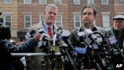 El alcalde de Jersy City, Nueva Jersey, Steven Fulop, (derecha) y el director de seguridad pública James Shea hablan con periodistas frente a mercado kosher atacado el 10 de diciembre de 2019.