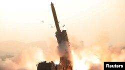 북한이 지난달 31일 초대형 방사포 시험사격을 성공적으로 진행했다며 조선중앙통신이 1일 공개한 시험사격 모습.