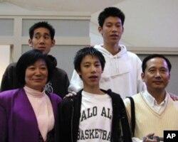林书豪(穿白衣)与家人合照