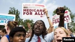 Partidarios de la ley de salud del presidente Barack Obama celebran la decisión de la Corte de refrendar la ley.