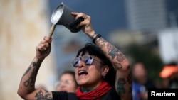Un manifestante golpea una olla durante una protesta en la Plaza Bolívar mientras continúa la huelga nacional en Bogotá, Colombia.