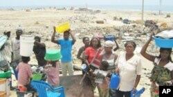 Membros de uma familia desalojada na província do Namibe