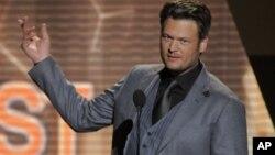"""El número uno en la cartelera country esta semana le corresponde a Blake Shelton con """"Drink On It""""."""