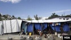 Carpas dan albergue a damnificados del terremoto en Puerto Príncipe.