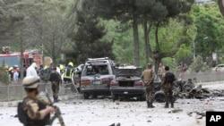 2017年5月3日在阿富汗喀布尔,安全部队在发生自杀袭击的现场检查。