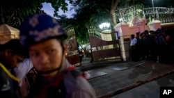 安全人员在敏昂莱将军的车队进入仰光大主教府邸会晤教宗方济各后关上大门。(2017年11月27日)