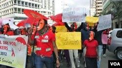 Para PSK di Nairobi, Kenya dengan mengenakan topeng, berdemonstrasi menuntut perlakuan yang lebih baik dari pemerintah (6/3).