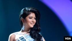Qory Sandioriva, Putri Indonesia 2010, tampil dengan gaun malamnya. Pengamat kecantikan menyebut kontes Miss Universe in semakin lama semakin komersial.