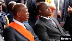 Le président ivorien du parlement Mamadou Koulibaly (à gauche) parle au Premier ministre Guillaume Soro, à Abidjan, le 7 août 2010.