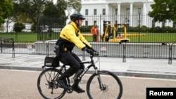 Seorang anggota Secret Service melakukan patroli di luar Gedung Putih dengan bersepeda (foto: ilustrasi).