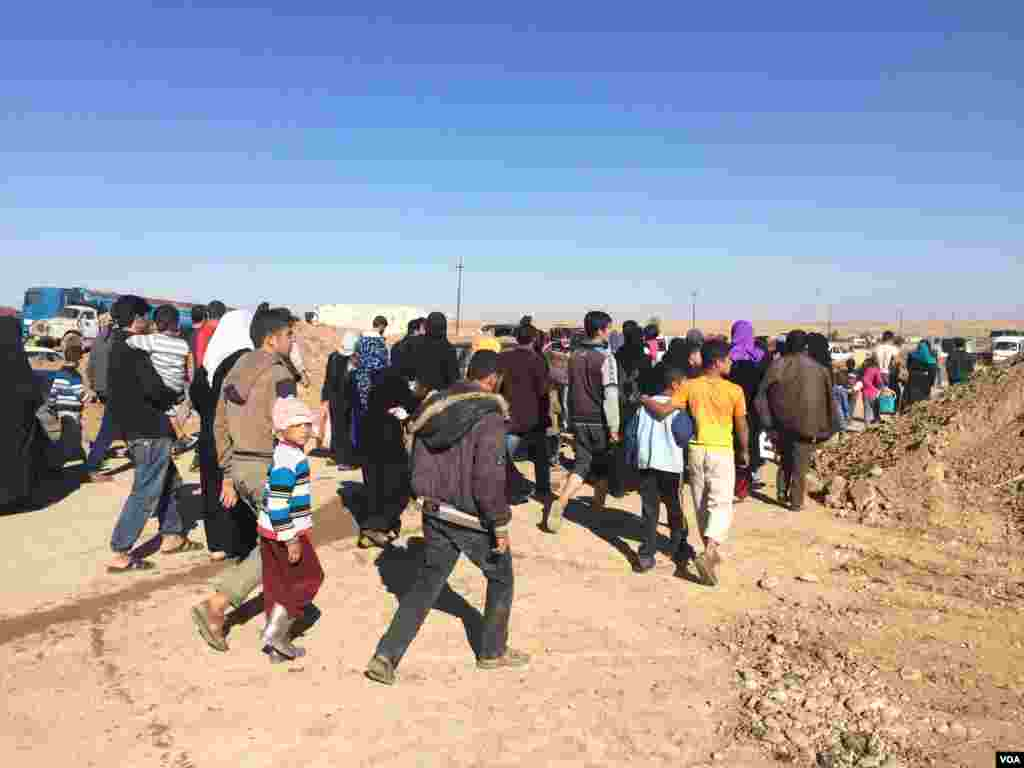 For hours on Thursday crowds of people approached an empty camp, one several either set up or being set up in anticipation of a million newly displaced people from Mosul on Nov. 3, 2016, at the Khazir camp in Kurdish Iraq. (H.Shekha/VOA)