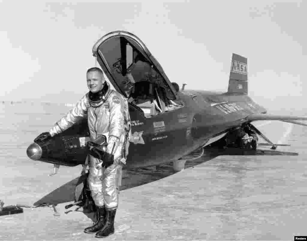 На этом фото будущий астронавт позирует на фоне X-15 - первого в истории пилотируемого гиперзвукового самолета, созданного для суборбитальных полетов. Армстронг был одним из двенадцати человек, кому доверили испытания этой поистине революционной разработки.  Согласно классификации ВВС США, некоторые из запусков X-15 технически являлись полетами в космос, однако, по иронии, Армстронг не был одним из первых астронавтов, так как не преодолел отметку в 50 миль. Тем не менее, коллеги Армстронга считали его чрезвычайно талантливым летчиком, а благодаря своему хладнокровию он заслужил прозвище Ice Commander - «Ледяной командир».  Его летные навыки способствовали тому, что X-15 запомнился одной из наиболее прорывных программ в американской авиации, в ходе которой были установлены несколько рекордов высоты и скорости полета.  Армстронг покинул программу в 1962 году, откликнувшись на призыв НАСА о наборе астронавтов.