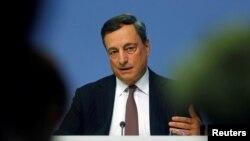 Kepala Bank Sentral Eropa, Mario Draghi memberikan konferensi pers di Frankfurt, Jerman (foto: dok).