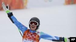 斯洛文尼亚滑雪女将马泽在女子高山滑雪大回转项目比赛中欢呼自己的好成绩。(2014年2月18日)