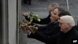 德國、匈牙利、波蘭等國家領導人11月9日在德國首都的柏林牆的殘留段落上插上玫瑰花,紀念柏林牆倒塌30週年。