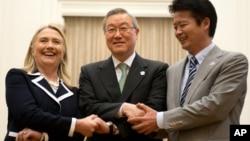 Từ trái: Ngoại trưởng Hoa Kỳ Hillary Clinton, Ngoại trưởng Nam Triều Tiên Kim Sung-hwan, và Ngoại trưởng Nhật Bản Koichiro Gemba bắt tay trước cuộc họp 3 bên tại Diễn đàn Khu vực ASEAN ở Phnom Penh hôm 12/7/12