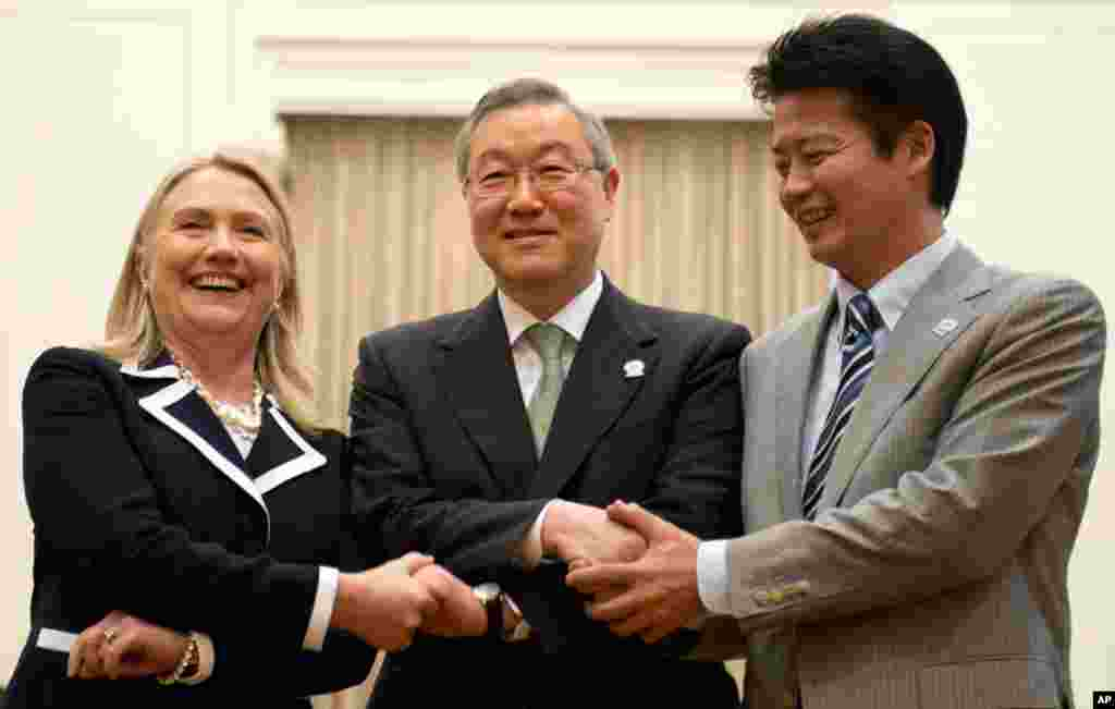U.S. Secretary of State Hillary Clinton, left, South Korean Foreign Minister Kim Sung-hwan, center, and Japanese Foreign Minister Koichiro Gemba shake handsduring the ASEAN Regional forum in Phnom Penh, Cambodia, July 12, 2012.