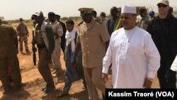 Les officiels maliens à la cérémonie de lancement des travaux à l'aéroport de Gao, au Mali, le 16 octobre 2017. (VOA/Kassim Traoré)