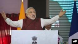 Trong lúc kêu gọi các nhà đầu tư tận dụng những lợi thế của Ấn Độ là có chi phí lao động thấp và nền kinh tế có tỉ lệ tăng trưởng cao, Thủ tướng Narendra Modi cũng lập lại cam kết là sẽ thực thi những chính sách thân thiện với doanh nghiệp.