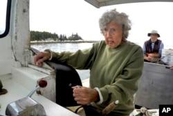 Virginia Oliver (101 tahun), mengemudikan kapal putranya Max Oliver, Selasa, 31 Agustus 2021, di lepas pantai Rockland, Maine. Oliver adalah nelayan lobster tertua di negara bagian dan mungkin yang tertua di dunia. (AP Photo/Robert F. Bukaty)