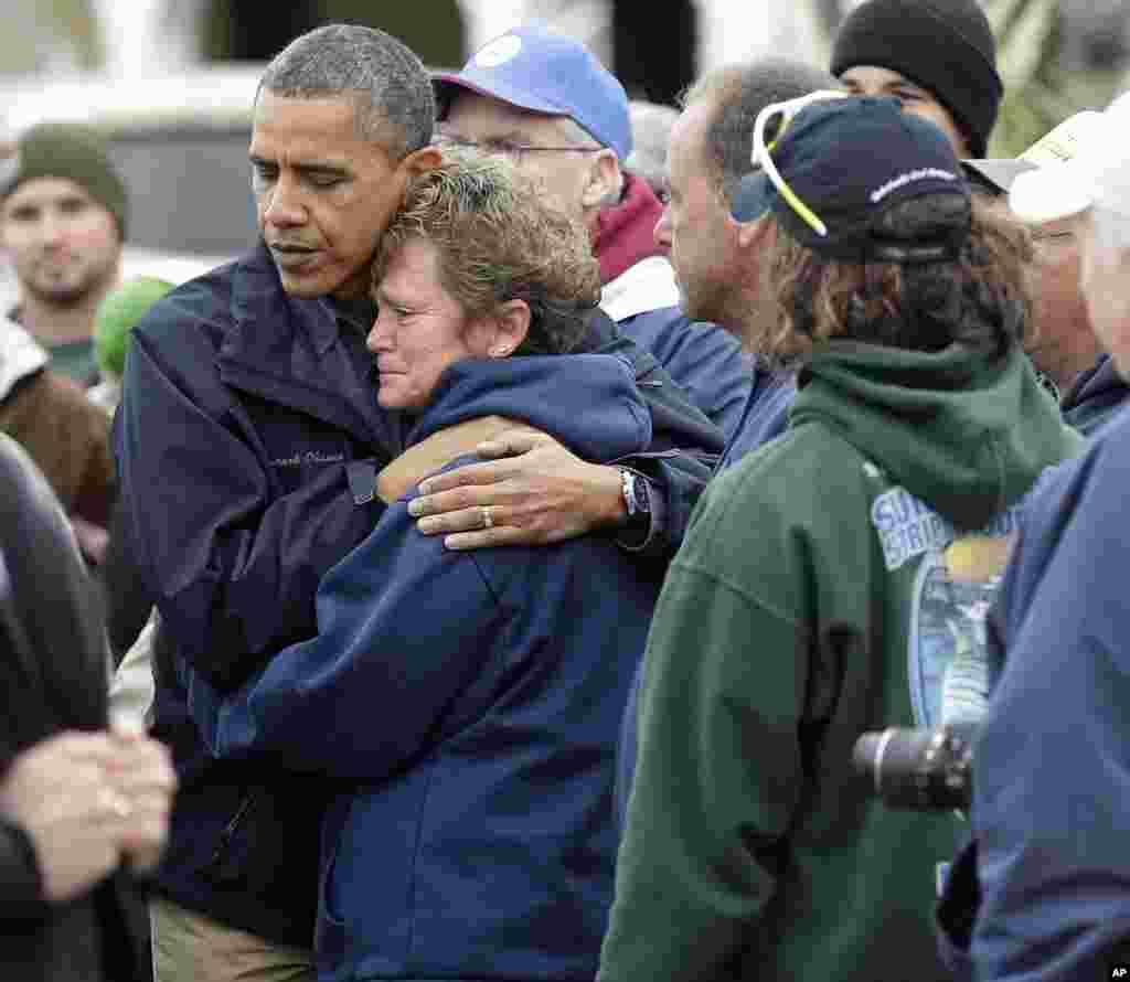 Presiden Barack Obama memeluk warga bernama Donna Vanzant di Brigantine, New Jersey yang terimbas Badai Sandy.