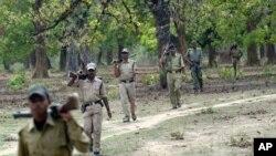 بھارتی پولیس کے اہلکار ریاست چھتیس گڑھ کے ایک علاقے میں گشت کر رہے ہیں جہاں نکسل باغی سرگرم ہیں (فائل فوٹو)