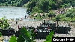 Sedikitnya tiga kendaraan tempur jenis tank diikutsertakan dalam outbound di Purworejo, Minggu pagi (9/3). Salah satu di antaranya terperosok ke sungai, dua tewas. (Foto courtesy : Kostrad)