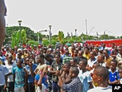 A manifestação levou dezenas de pessoas à Praça da Independência