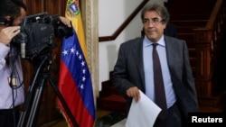 El embajador de Italia en Venezuela, Silvio Mignano sale de su reunión con el canciller Arreaza en el Ministerio de Relaciones Exteriores en Caracas.