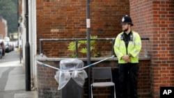 一名英国警察守卫着英格兰索尔兹伯里一处无家可归者之家附近的一个被圈盖的垃圾桶。(2018年7月5日)