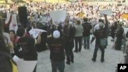 Des sans-papiers manifestant aux Etats-Unis, où les autorités sont forcées de les relâcher, suite aux réductions budgétaires