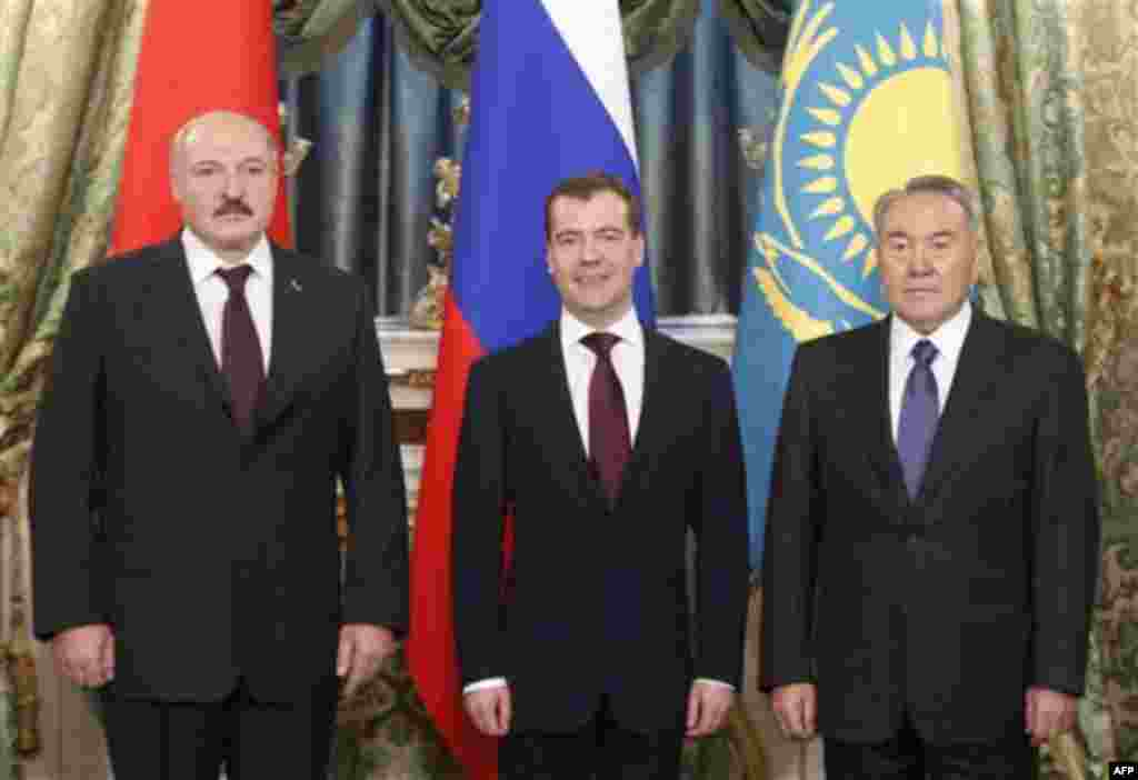 Russian President Dmitry Medvedev, center, Belarusian President Alexander Lukashenko and Kazakhstan's President Nursultan Nazarbayev, right, take part in the meeting of heads of states of the Supreme Eurasian Economic Council, in the Moscow Kremlin, Mosco