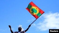 Faayilii - Irreecha Finfinnee bara 2019 irratti nama alaabaa Adda Bilisummaa Oromoo ol-qabee deemu