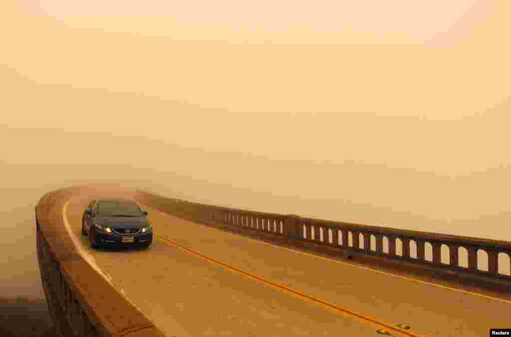Kabut asap akibat kebakaran hutan menghalangi jarak pandang di jembatan Bixby di kota Big Sur, California.