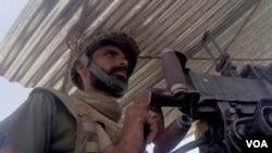 Binh sĩ Pakistan canh gác tại Miranshah, Bắc Waziristan.