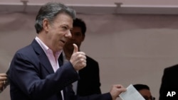 President Juan Manuel Santos casts his ballot during presidential elections in Bogota, Colombia, June 15, 2014.